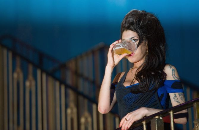 Amy Winehouse, drinking onstage